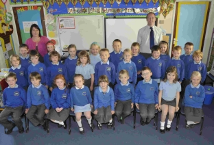 Brenda Newton and Dominic Berry with Year 2 pupils
