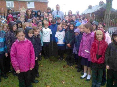 Dorset Echo: GREEN FINGERS: Pupils with teacher Fiona Ray and Mike Lewis from SCA