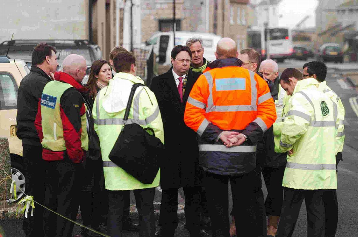 Minister pays tribute to flood workers during Portland visit