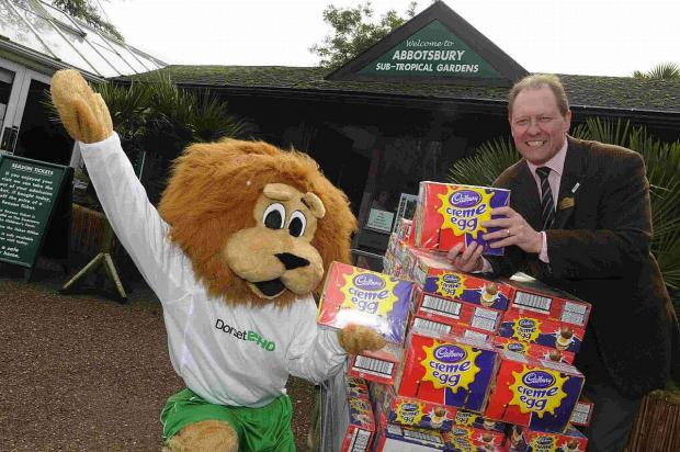 Dorset Echo: EGG-CELLENT: Eli Echo delivers Easter Eggs to John Huston of Abbotsbury Gardens