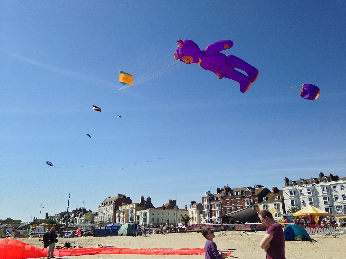 UPDATE: Largest UK beach kite festival gets underway in Weymouth