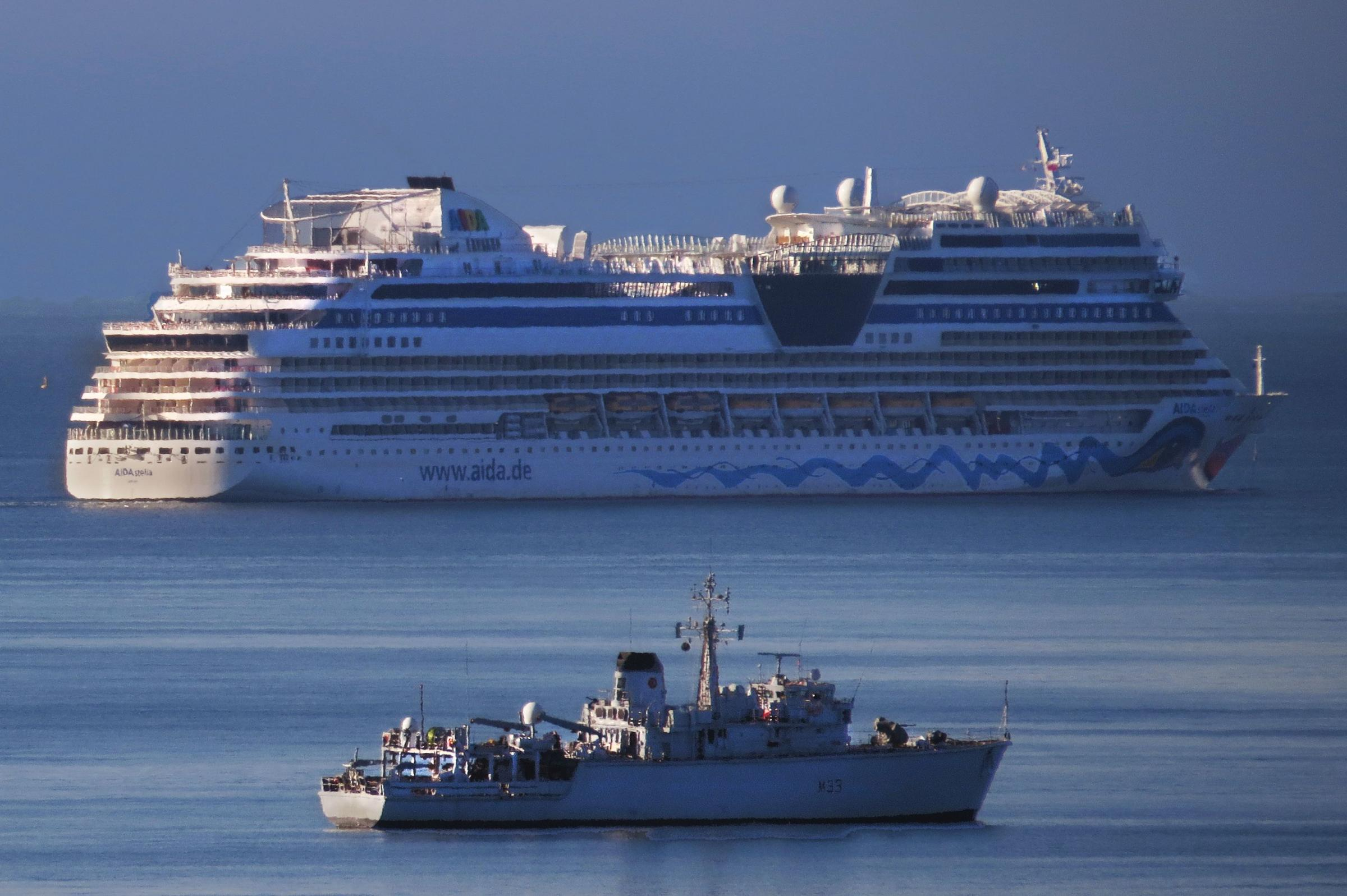 Cruise ship sails into Portland- Picture by Tony Marshall