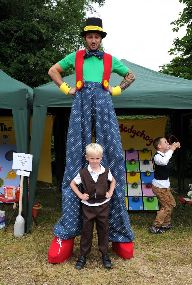 Dorset Echo: Sutton Poyntz Street Fayre;  Dexter Atkinson makes a very tall friend