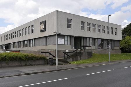 女孩,16岁,在袭击定罪后从韦茅斯地方法院出来