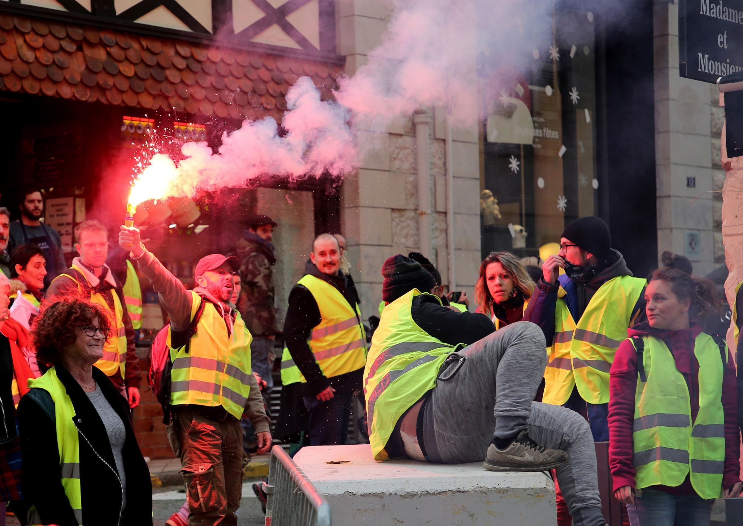 Yellow vest protest biarritz stockfotos exklusiv shutterstock