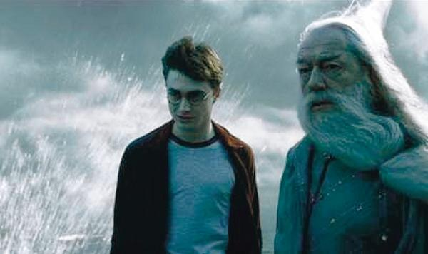 Dorset Echo: HAIR APPARENT: Daniel Radcliffe, as Harry Potter, and Michael Gambon, as Dumbledore, in Harry Potter And The Half-Blood Prince